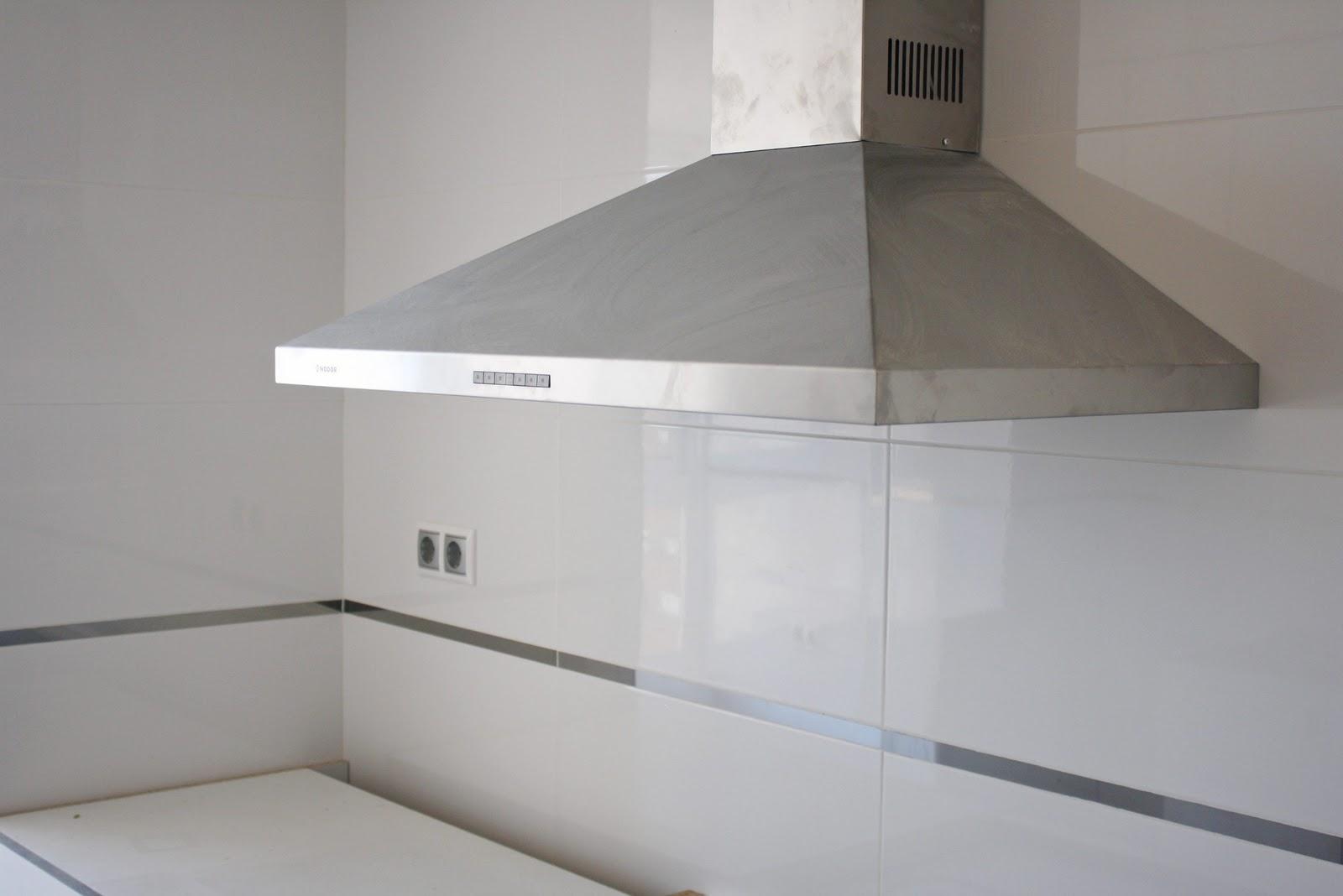 Bricoazulejo blog reforma de una vivienda en av blasco for Cocina con azulejos blancos