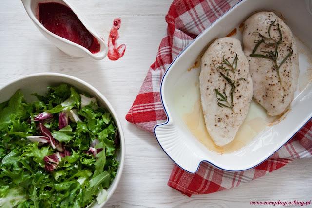 Pieczona pierś kurczaka z malinowo-tymiankowym sosem
