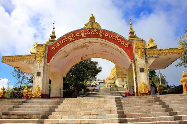 Puerta de acceso a Kyaiktiyo (roca dorada) - Myanmar