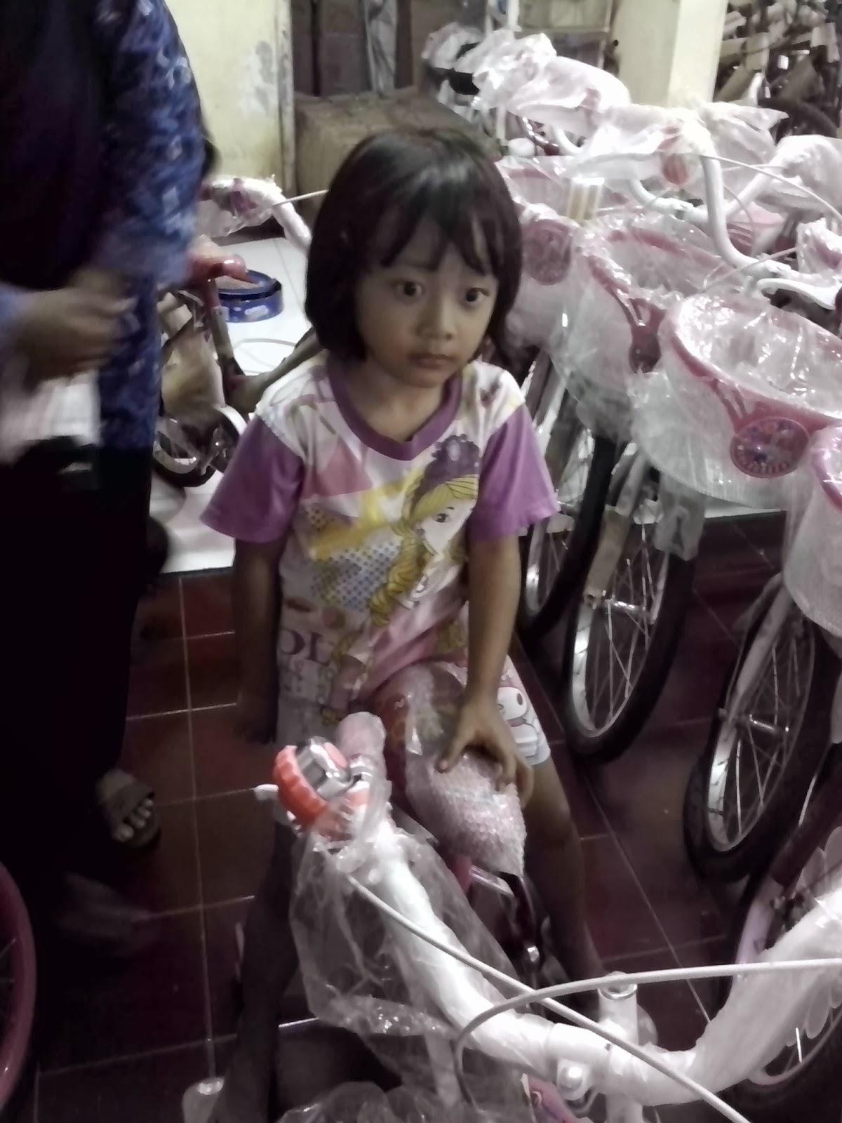 Anak saya, Keira sedang mencoba sepeda