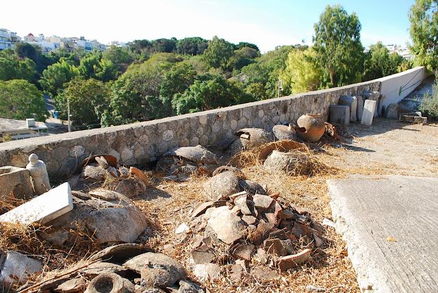 Разбитые старые кувшины в Ираклионе