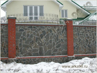 Каменный забор с кирпичными столбами и ковкой. Фото 15
