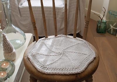 В'язаний килимок для стільця