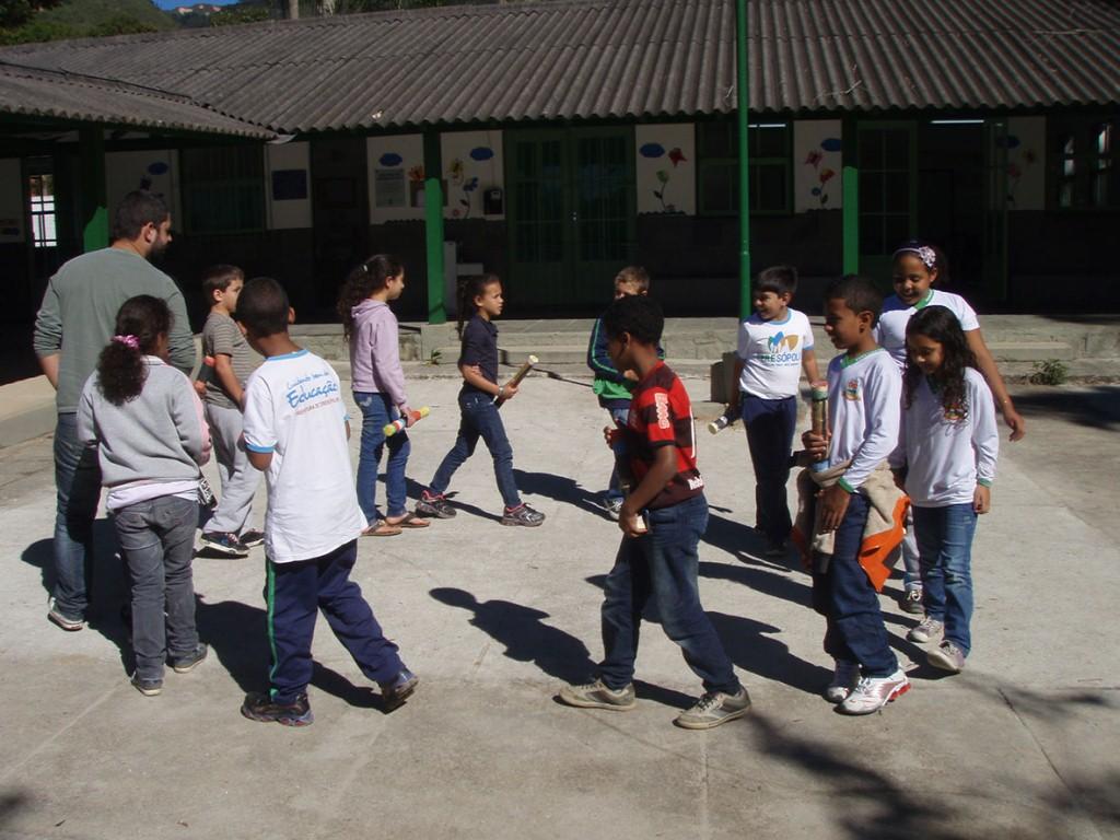 """Com os """"paus de chuva"""" confeccionados por eles próprios, os alunos ensaiam a """"dança da chuva"""", uma tradição dos nativos Caingangues"""