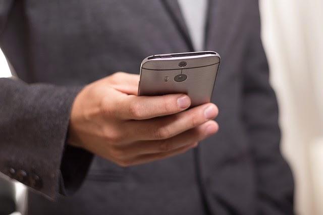 携帯電話を使う人の画像