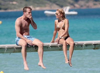 Sylvie van der Vaart in bikini aan het strand van St. Tropez