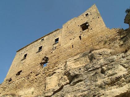 La façana de llevant del Castell de Castellcir vista des de la base del cingle