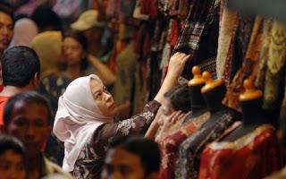 Pengunjung sedang melihat koleksi batik di Pasar Beringharjo