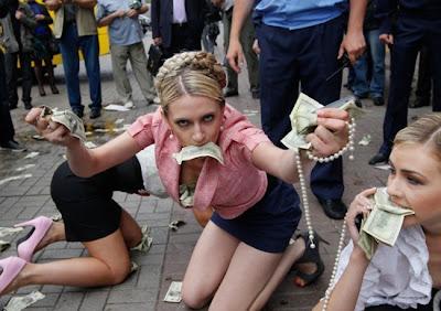 На фото: FEMEN сорит деньгами