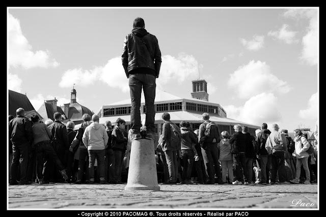 spectateur debout sur un plot place ducale lors du festival des marionnettes