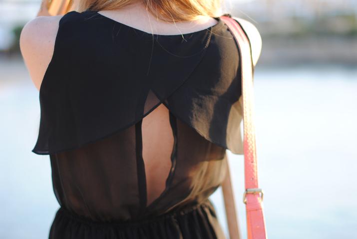 Vestido transparente con escote en la espalda en blog de moda