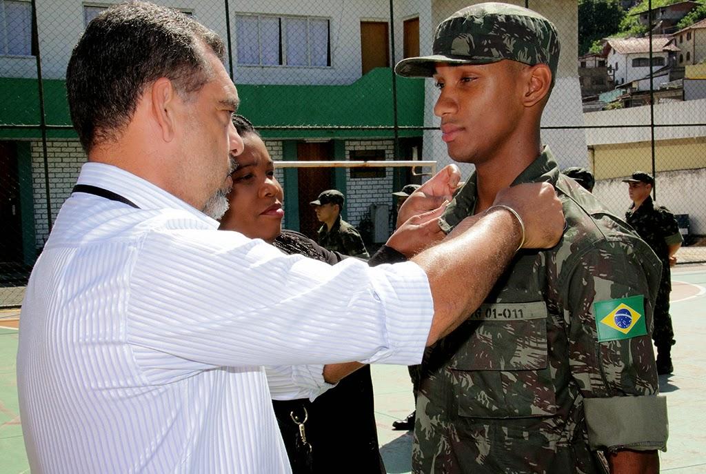 Secretário de Segurança Da Luz entrega distintivo ao atirador Ademilton, destaque no primeiro mês de instrução