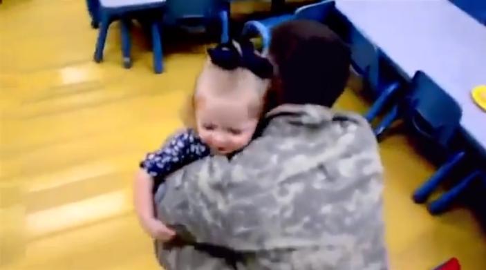 Vídeo mostra o reencontro emocionante de soldados americanos com suas famílias, ao voltar da guerra.