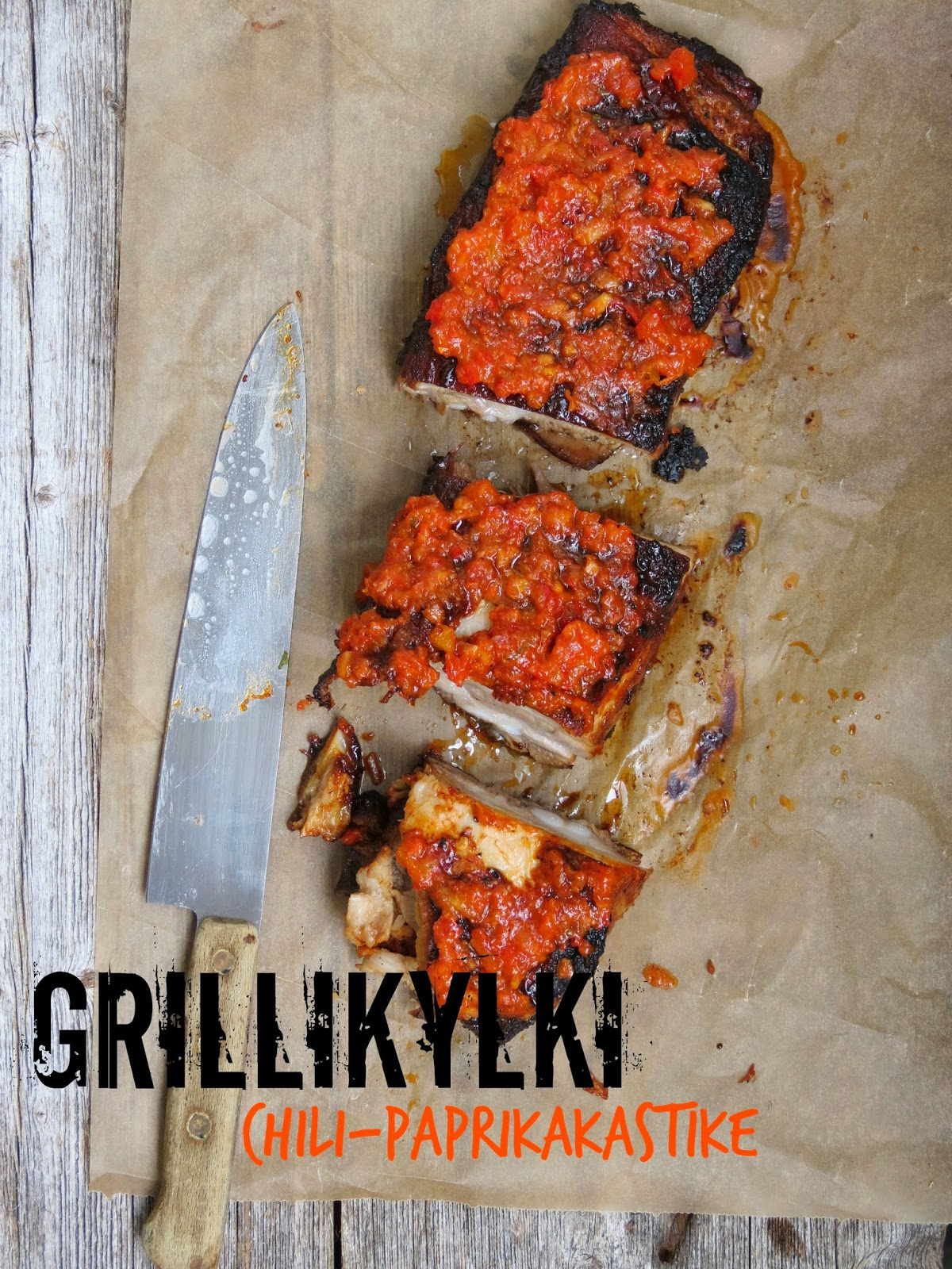 Pitkään haudutettu ja grillattu porsaankylki & chili-paprikakastike