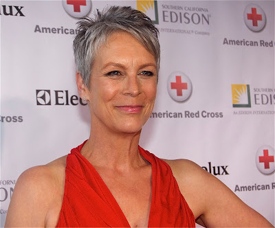 Jaimie Lee Curtis receives the Chrystal Cross Award from the American Red Cross