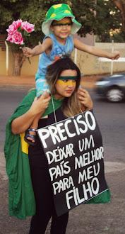 Professora Daniela Cristina protesta nas ruas de Goiânia