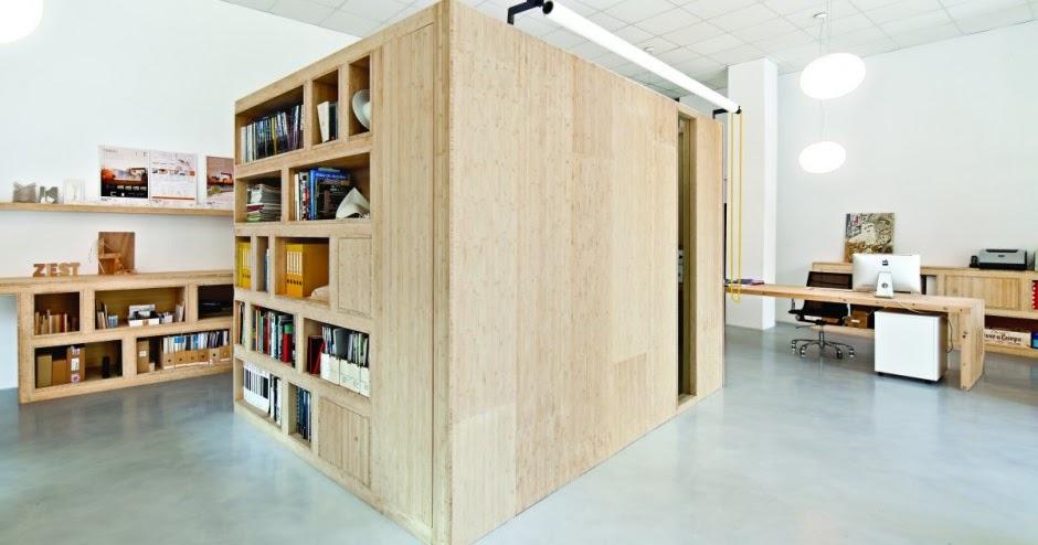 Muebles de bambú en una oficina de BarcelonaEspacios en ...