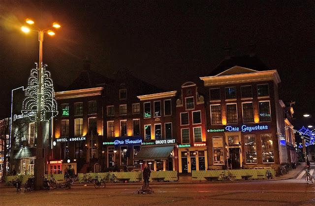 Afbeelding van cafes in de Grote Markt in Groningen.