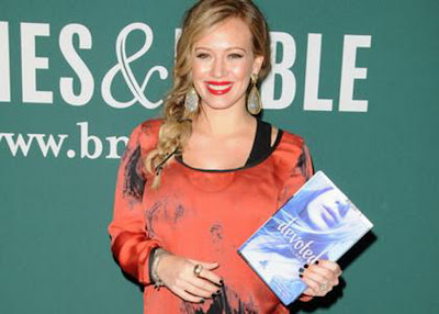 celebritiesnews-gossip.blogspot.com-celebrity-hilary-duff-devoted-signing