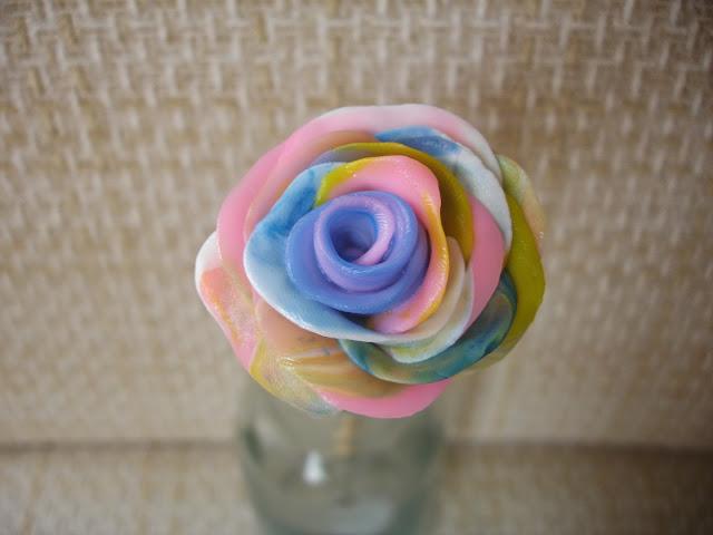Rosa colorida em biscuit