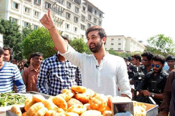 Ranbir Kapoor spotted to selling Vada Pav in Pune for an upcoming reality show!