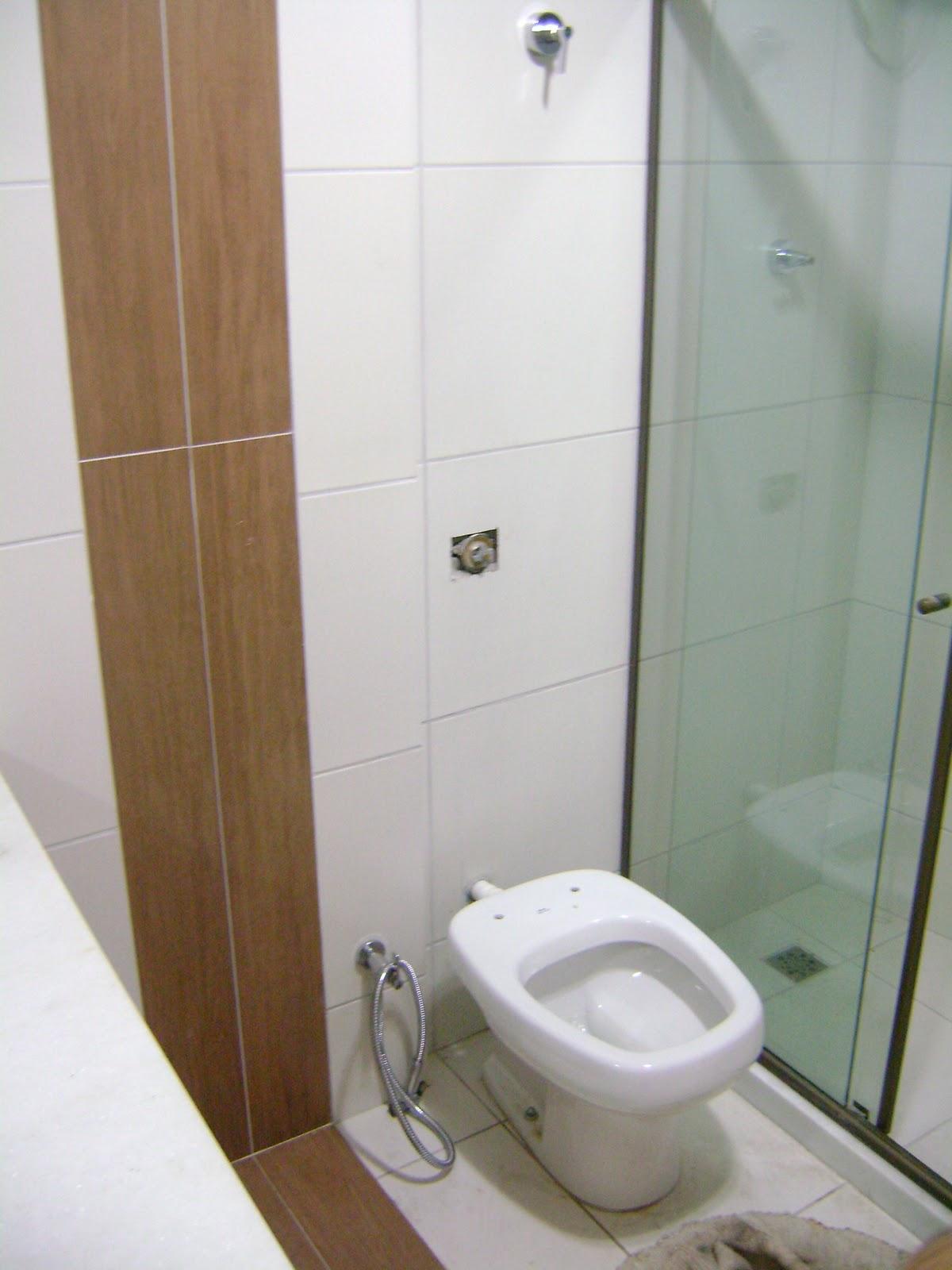 Antes e (quase) Depois: banheiro social!!:Decoração Top #66482F 1200x1600 Banheiro Cinza E Madeira