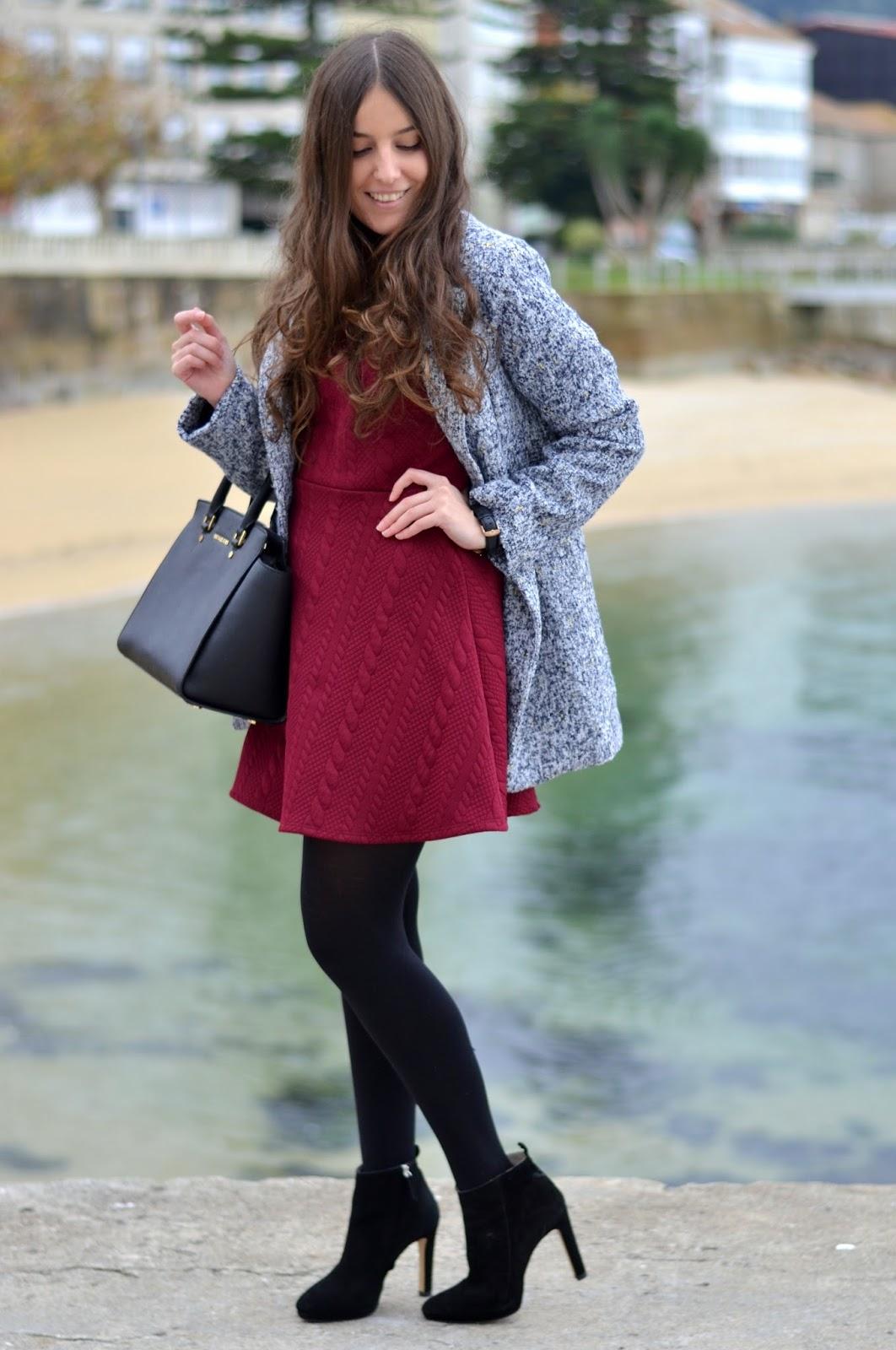 Vestido burgundy, abrigo gris y bolso negro