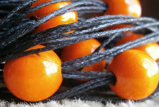 Naszyjnik pomarańczowy - drewno i sznurek woskowany