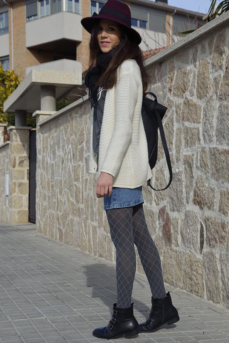 look-casual-falda-denim-sombrero-fedora-mochila-outfit