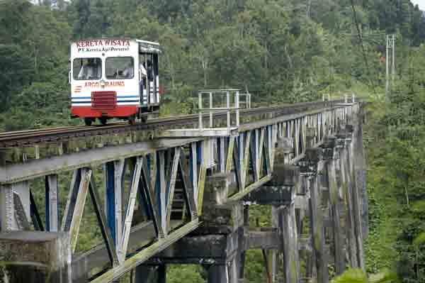 Wisata kereta lori Kaliraga Kalibaru-Garahan, Banyuwangi.