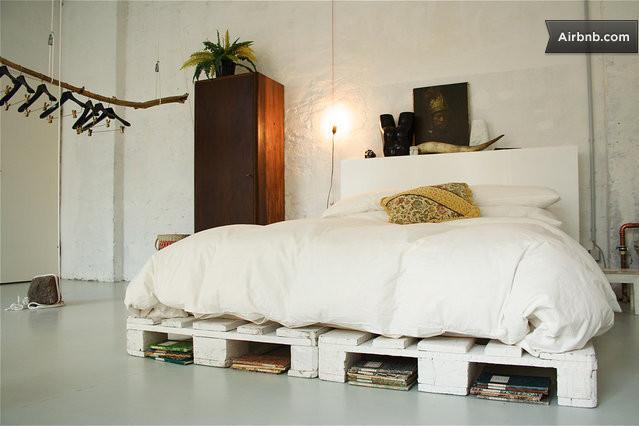 armario roginal con tronco y cama hecha con palets
