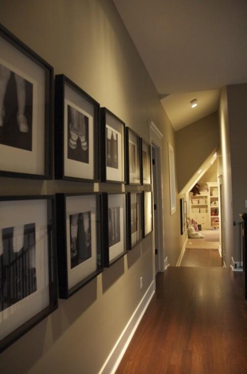 iluminação corredor, piso laminado, quadros parede