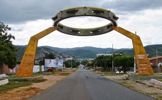 Memorial a Jackson do Pandeiro, famoso artista regional. Portal de entrada de Alagoa Grande, última cidade antes de Areia, que fica nas montanhas visíveis ao fundo.