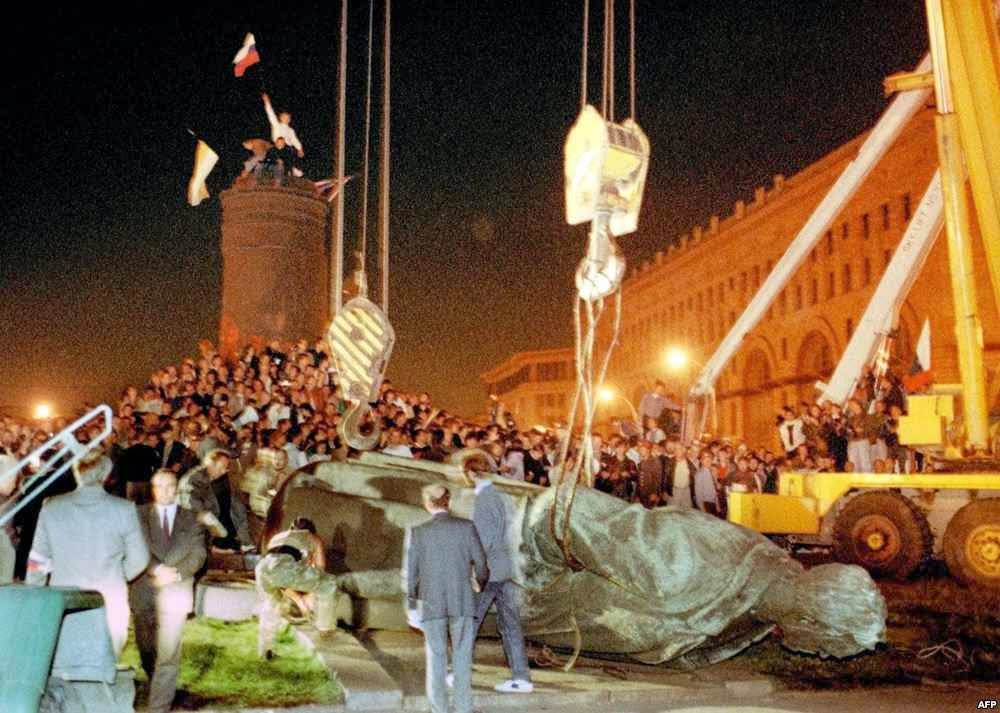A derrubada da estátua do monstro da KGB, Félix Dzerjinski, em agosto 1991.