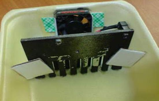 Pasang kipas cpu dan heatsink pada kotak bagian atas