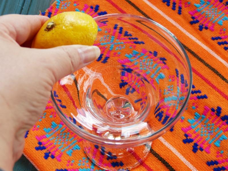 mojamos los bordes de la copa con limón