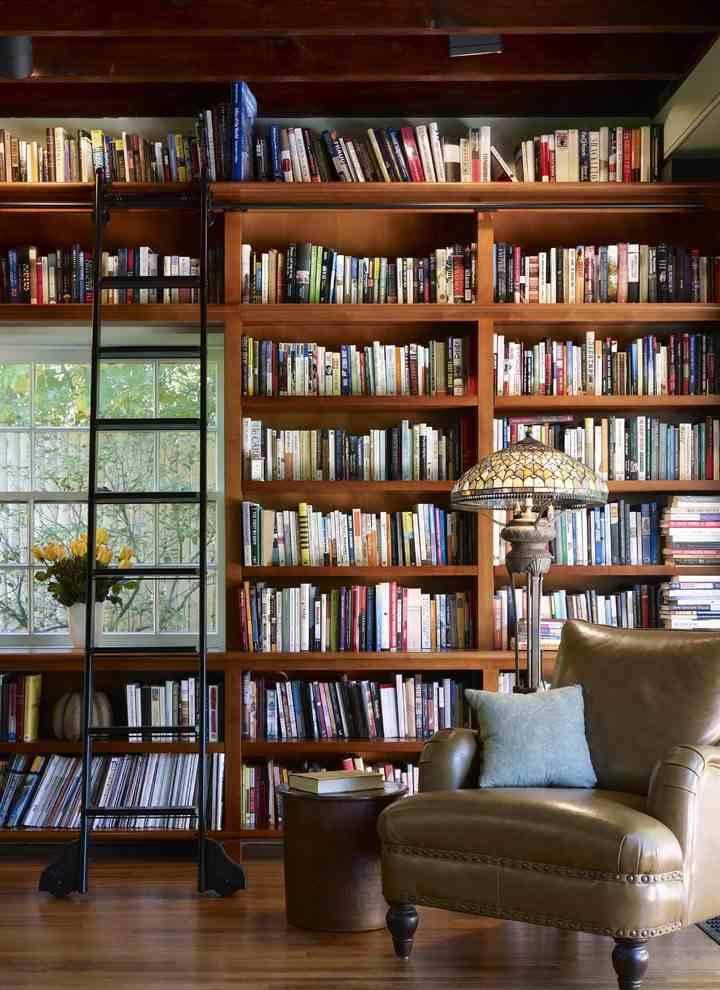 Stylowa biblioteka i metalowa drabina do biblioteki