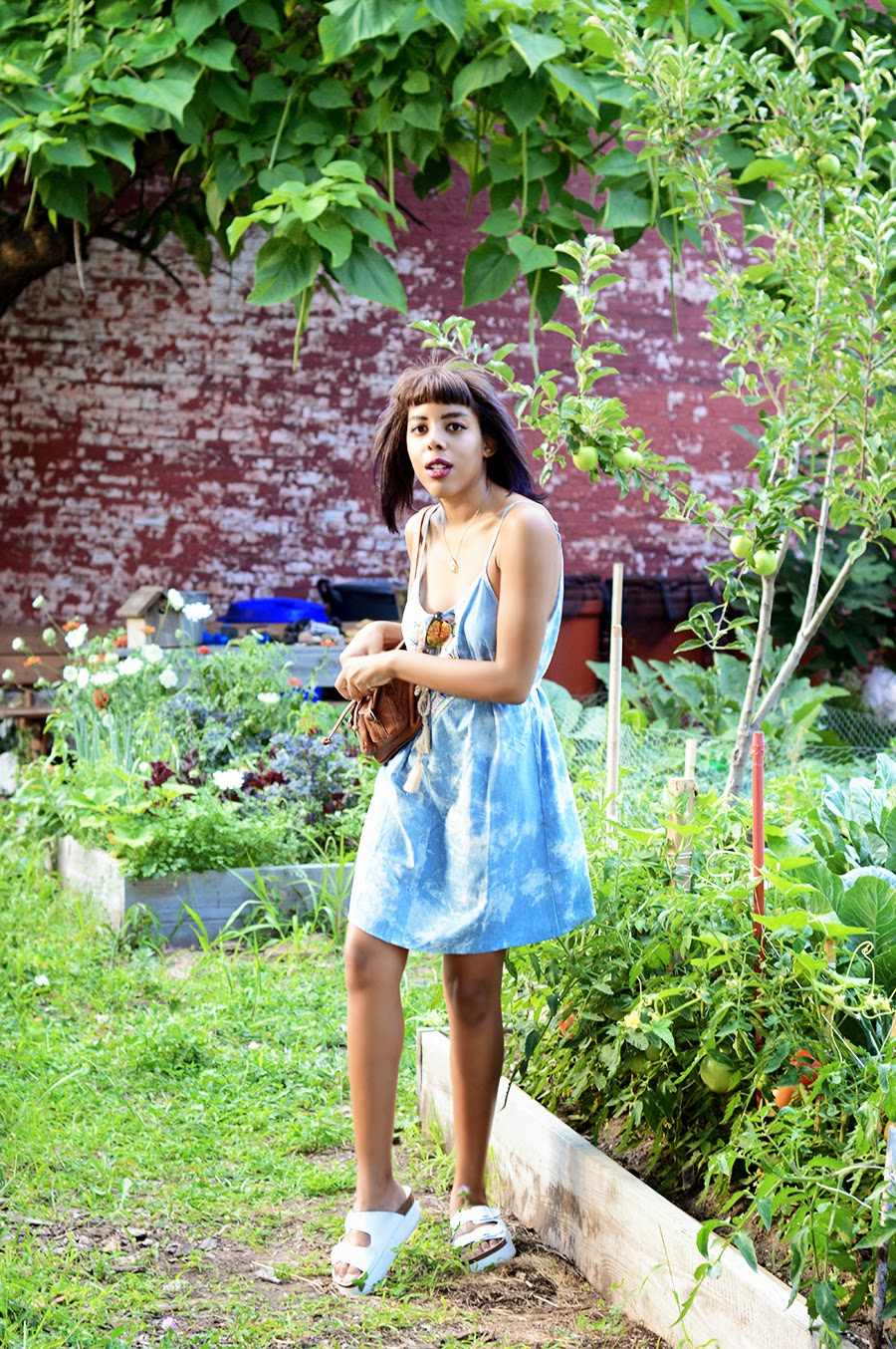 Indie fashion blogger Anais Alexandre of Down to Stars in a Summery vintage outfit with platform slides by topshop