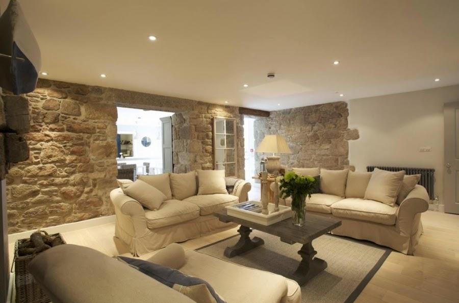hotel, wnętrza, wystrój wnętrz, styl klasyczny, kamienna ściana, białe wnętrza, salon, biała sofa