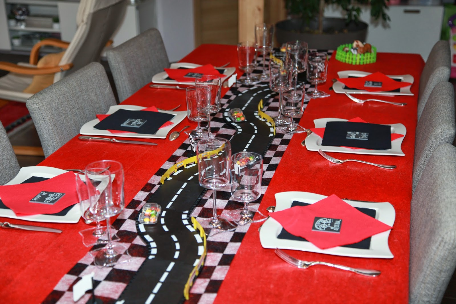 deco de table anniversaire theme voiture table de lit. Black Bedroom Furniture Sets. Home Design Ideas