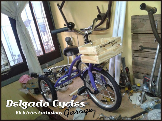 Triciclo Vintage cajoncito madera.