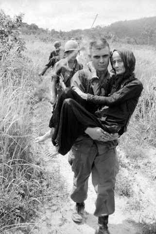 http://1.bp.blogspot.com/-1a0BQ8Nn5ho/UDHdXWDwfLI/AAAAAAAAAvg/0Sq9hb6DqSI/s1600/Us+Soldier+Carrying+Elderly+Vietnamese.jpg