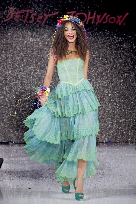Betsey Johnson aprovechó el fashion show para festejar sus 70 años. Pero..casi no se le notan! Una diseñadora tan vivaz y de chispa adolescente,