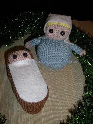 Detalle de la Virgen María y el Niño Jesús hechos a crochet