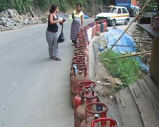 http://1.bp.blogspot.com/-1aSGGw1FXFU/T7mg7hL2r1I/AAAAAAAAWZ4/cEHw0GCkyic/s640/mizoram+gas+shortage.jpg