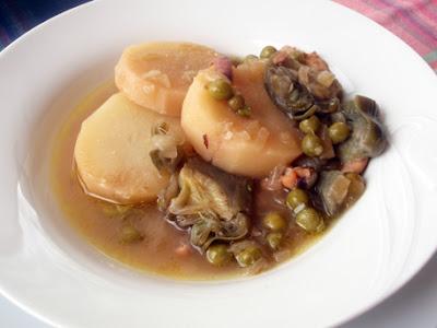 patatas con calamares, guisantes y alcachofas