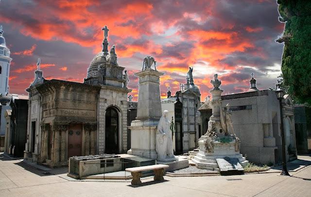 recoleta, argentina, cemitério, lendas, lenda, mulher de branco, enterrada viva, caixões, medo, história