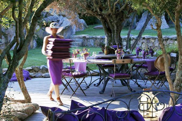 Mujer montando la mesa del jardín