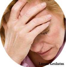 Seorang wanita sedang mengalami migrain.
