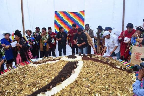 Varias autoridades participan de la presentación del gigantesco plato de pisara en Oruro.  Foto Apg